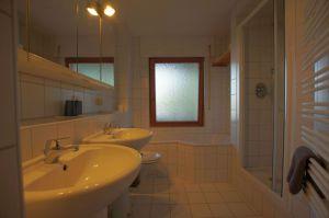 Großes Badezimmer für die Familie
