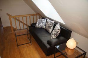 Wohnzimmer mit bequemer Couch