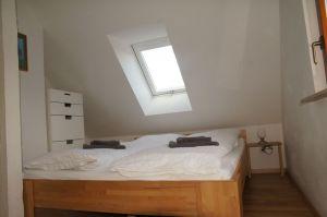 Schränke und ein gemütliches Bett